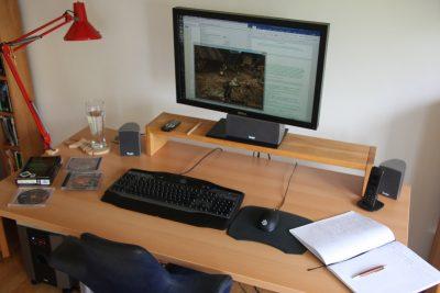 Lavorare può essere difficile per una persona alta due metri, ma una scrivania regolabile in altezza è un aiuto prezioso.