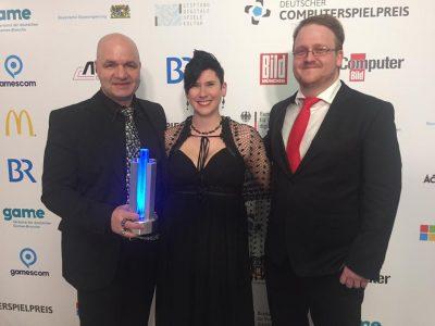 Foto ricordo durante la premiazione, da sinistra:  Björn Pankratz, Jennifer Pankratz che tutti conosciamo e Florian Emmerich (Global PR Manager presso THQNordic)